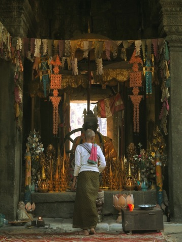 Prayer in temple Angkor - Cambodia - Delicieuse Vie