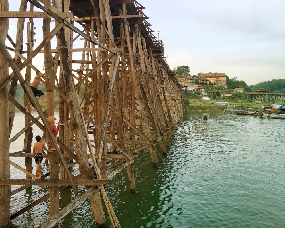 wooden bridge sangklaburi Thailande Délicieuse vie